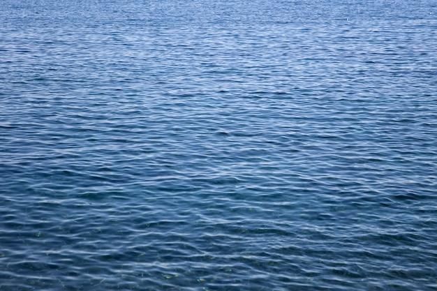 青い海の表面