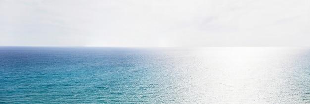 青い海の地平線