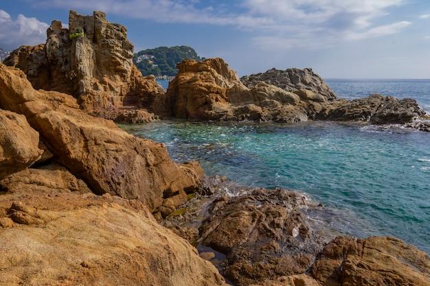 スペインのリョレトデマルの町の近くのコスタブラバのリゾートエリアの海の絵