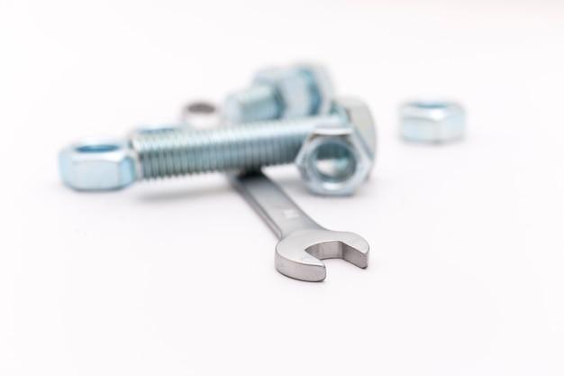 Гаечный ключ и металлические гайки