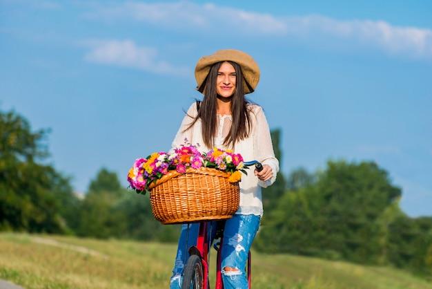 若い女の子は自転車に乗る