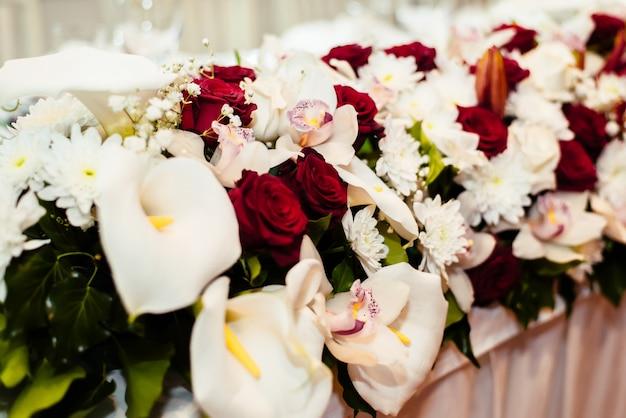 Цветочное свадебное украшение