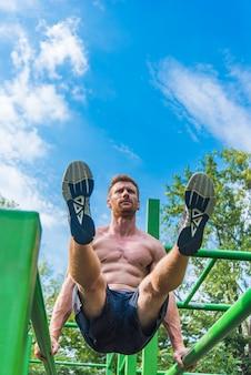 屋外の運動をしている男
