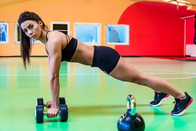 ダンベルでトレーニングかなり若い女性