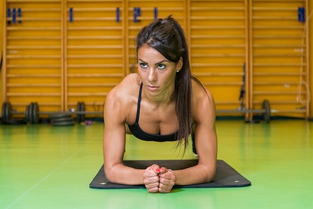 Женщина гимнастики
