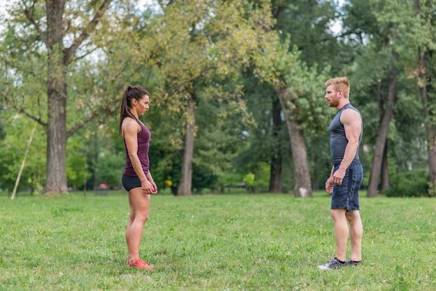 公園で運動を持っている若いカップル