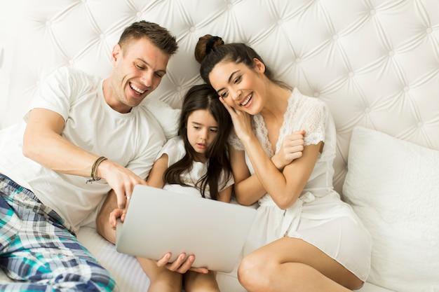 ベッドの上の若い家族