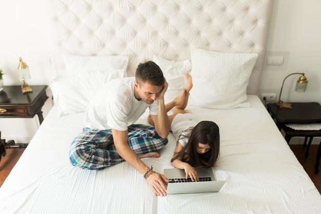 Отец и дочь с ноутбуком