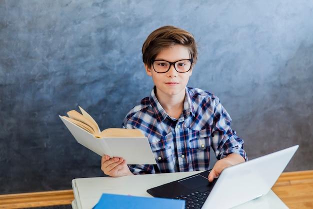 Подросток работает на ноутбуке дома
