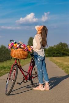 自転車の若い女性
