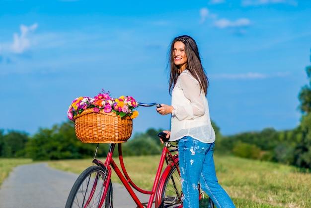 自転車を持つ少女