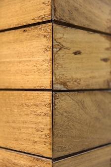 Деревянный дощатый уголок