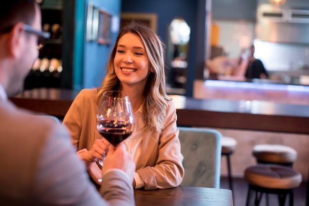 レストランでランチを楽しむ若いカップル