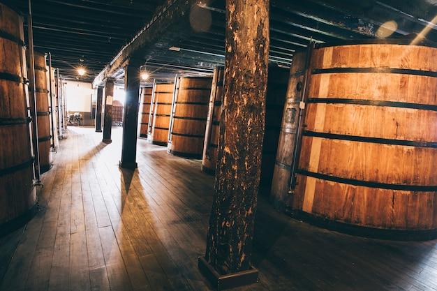 セラーでの熟成のために保存された木製樽のワイン