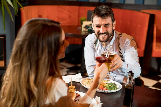 美しい愛情のあるカップルはモダンなレストランで一緒に時間を過ごします