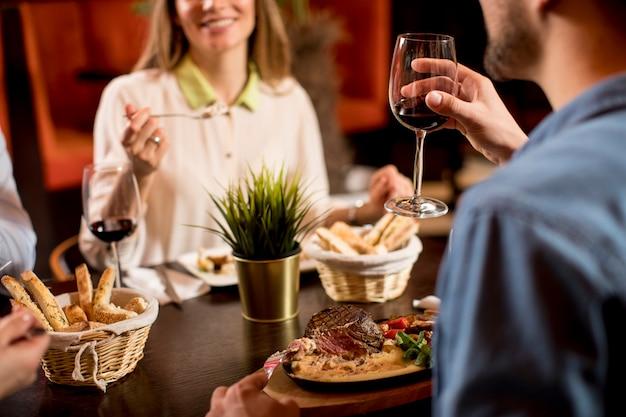 Красивая влюбленная пара проводит время вместе в современном ресторане
