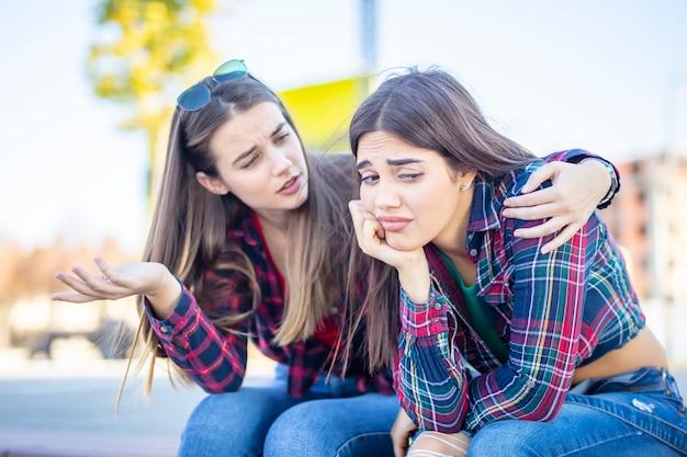 Молодая женщина утешает грустную подругу