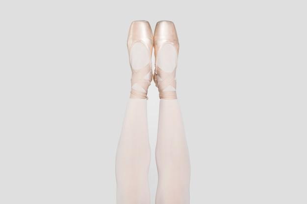 軽いクラシックなトウシューズのバレリーナの脚