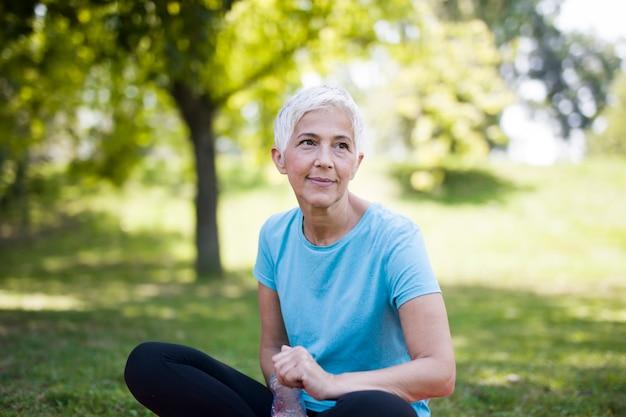 運動した後リラックスした笑顔の年配の女性の肖像画