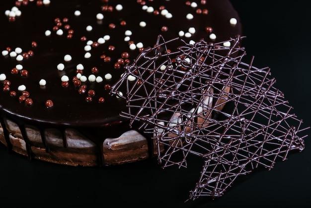 Пирог с белым, молочным и темным шоколадом