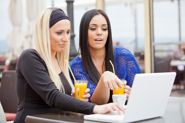 Девушки в ресторане с ноутбуком