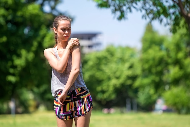 Довольно бегун фитнес женщина с болью в плече