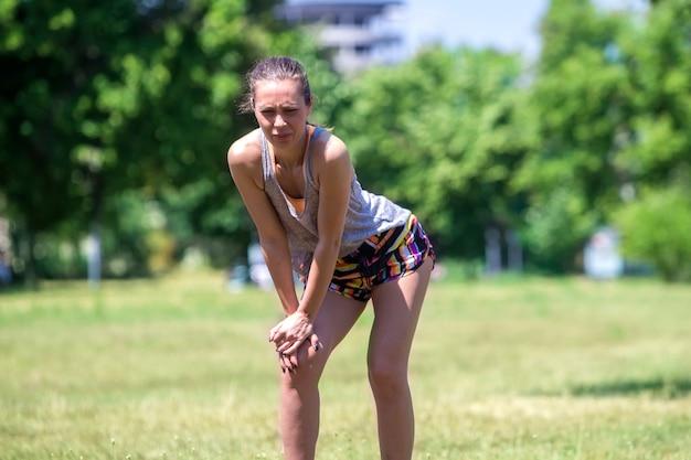 Милая бегунья фитнеса с болью в колене