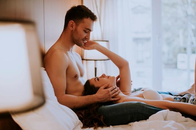 Молодая влюбленная пара в постели