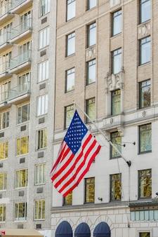 都市の建物で育ったアメリカの国旗