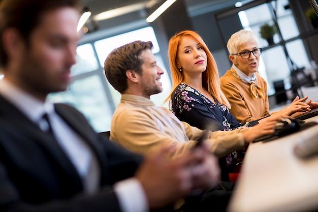 Группа деловых людей в современном офисе