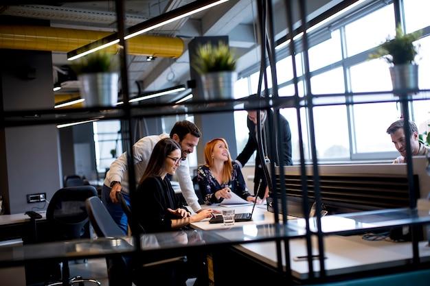 Группа молодых деловых людей в современном офисе