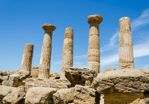 Дорианские колонны храма геракла в агридженто, сицилия, италия