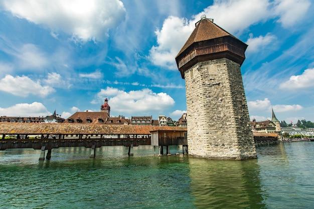 礼拝堂橋とルツェルンのロイス川の給水塔