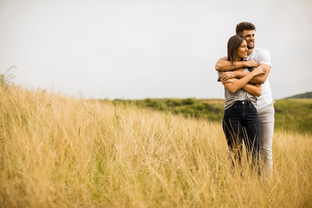 Молодая пара в любви на природе весной