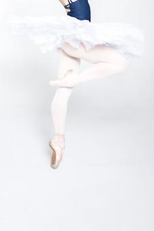 若いバレリーナバレエの動きを練習
