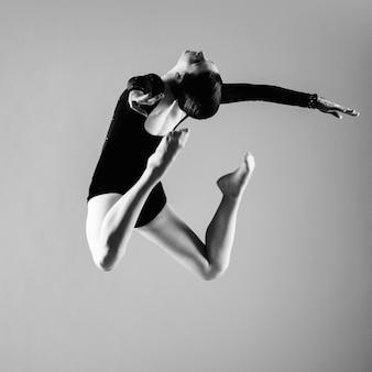 バレリーナジャンプとダンス