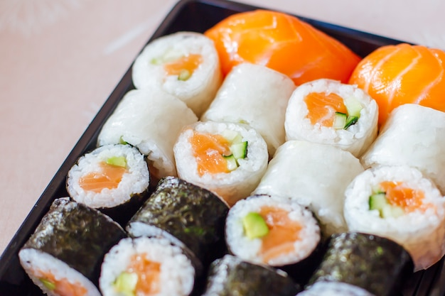 プレート上の寿司マキと握り