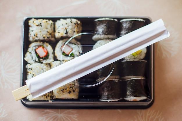 寿司マキとプレートのロール
