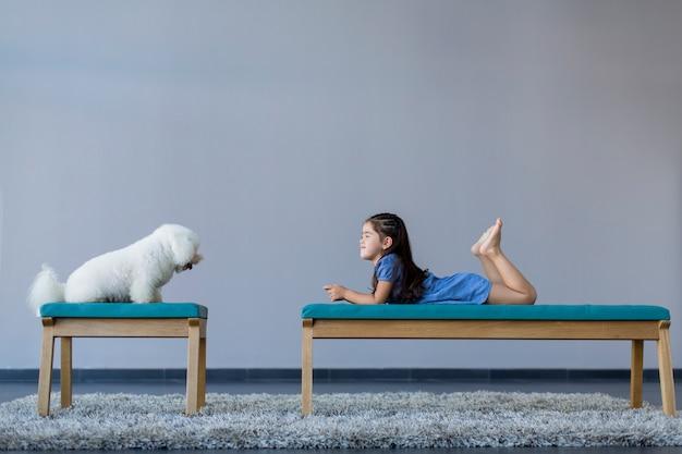 Маленькая девочка с собакой