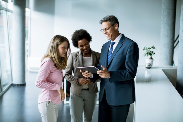 オフィスでの会議でデジタルタブレットを使用してビジネス人々のグループ