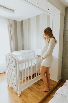妊婦はベビーベッドを設定する
