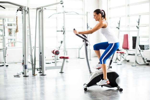 バイクジムでのエアロビクス回転運動の女性運動トレーニング