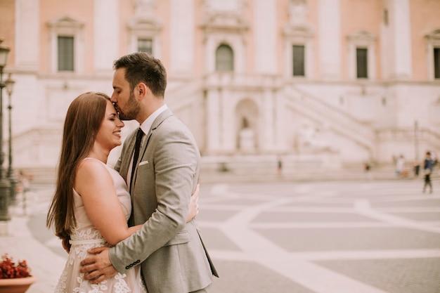 Молодая пара свадьбы на капитолийском холме в риме