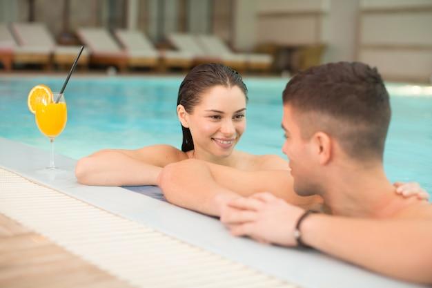 Молодая пара отдыха в бассейне