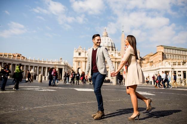 Любящая пара в ватикане, италия