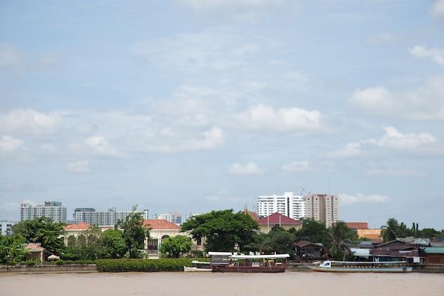 港と高層ビル。