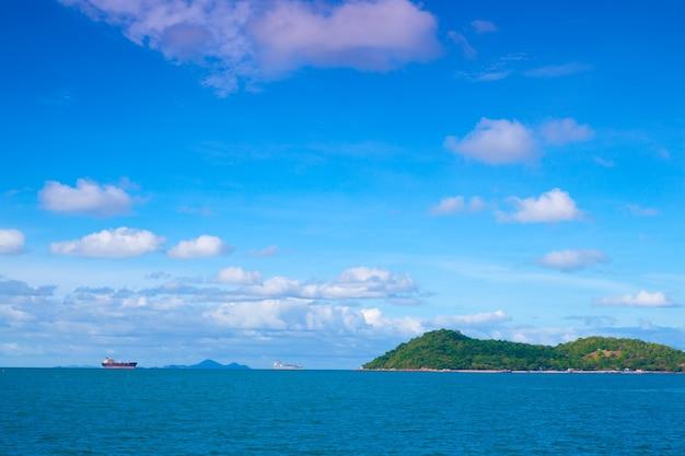 Грузовое судно рядом с островом.