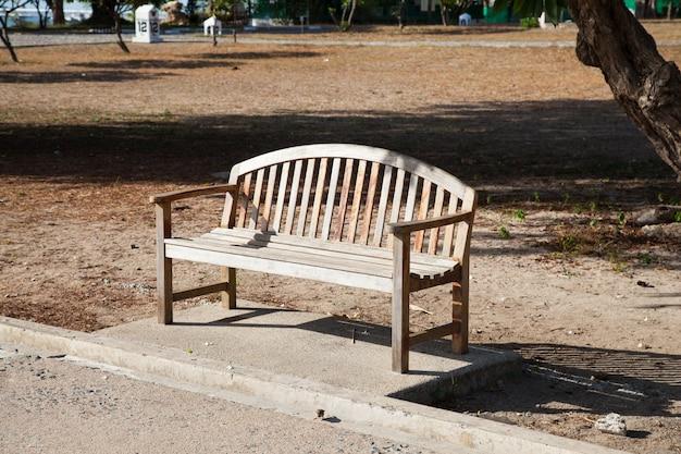 廊下の近くに位置する木製のベンチ。