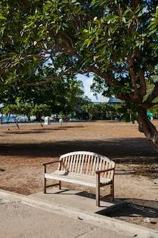 Скамейка в парке.