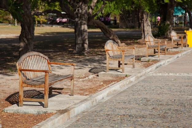 Скамейки вдоль пути.